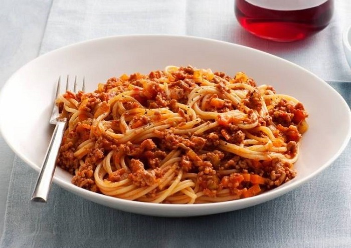 Pasta with onions, carrots and minced meat