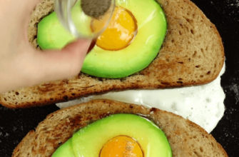Fried eggs on avocado bread